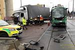Střet nákladního auta a tramvaje u Severky v Plzni.