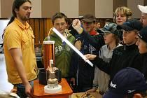 Teslův transformátor vytváří vysoké napětí až 200 kilovoltů. Díky vysoké frekvenci však neuškodí. Teslův transformátor vyniká nejvíce svými efekty podobajícími se bouřce