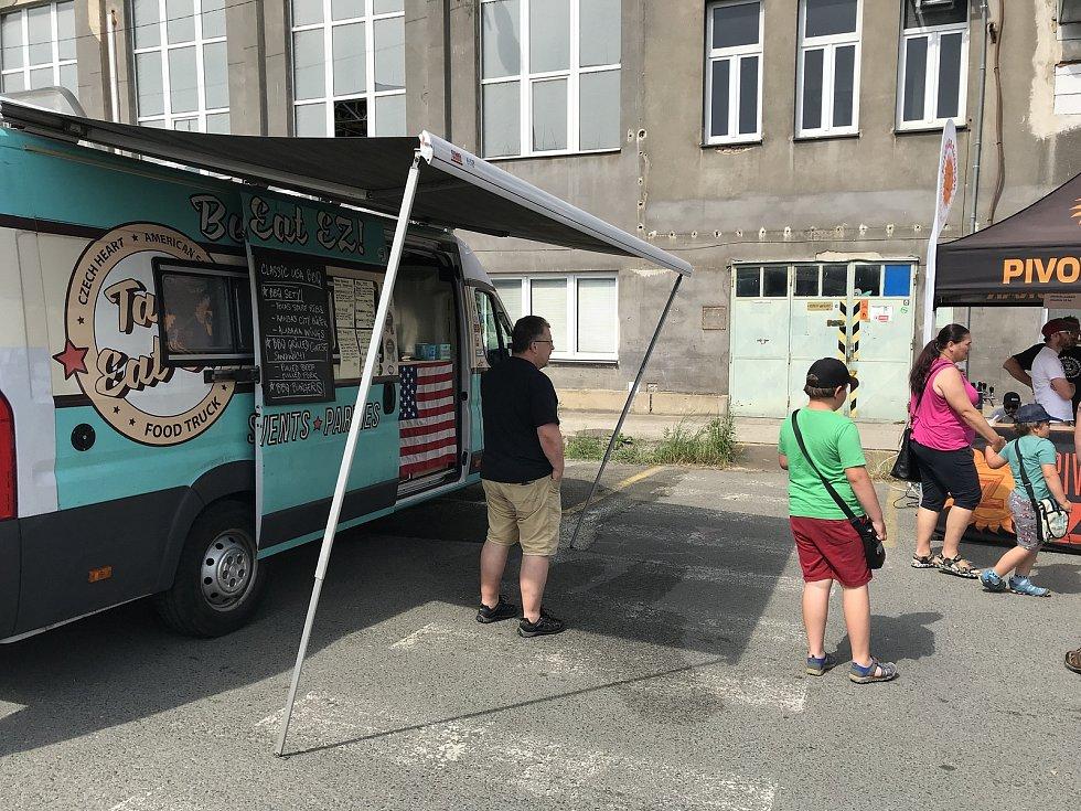 Hamburgry, hot dogy, pečené sele nebo třeba španělskou paellu, mohli v neděli ochutnat návštěvníci festivalu Street food market, který se v neděli konal v areálu plzeňského DEPO2015.