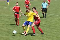 PIKANTNÍHO SOUBOJE mezi Doubravkou (ve žlutém) a plzeňským Petřínem (hráči v červených dresech) se fotbaloví fanoušci v letošní sezoně už nejspíš nedočkají.