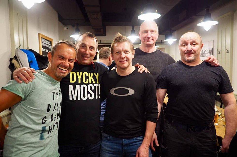 Pavel Elsnic (druhý zleva) na oslavě padesátin  spolu se Stanislavem Hejdukem (vlevo) a Jaromírem Friedem (třetí zleva) někdejšími spolujezdci z týmu České spořitelny MTB.