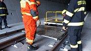 Hasiči cvičí zásah v novém železničním tunelu