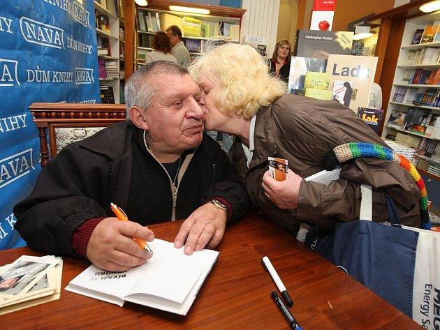 V netradiční roli se v úterý v Plzni představil herec Jiří Krytinář. Přijel sem totiž pokřtít svou knihu s názvem Dívám se vzhůru. S tím byla spojena i autogramiáda