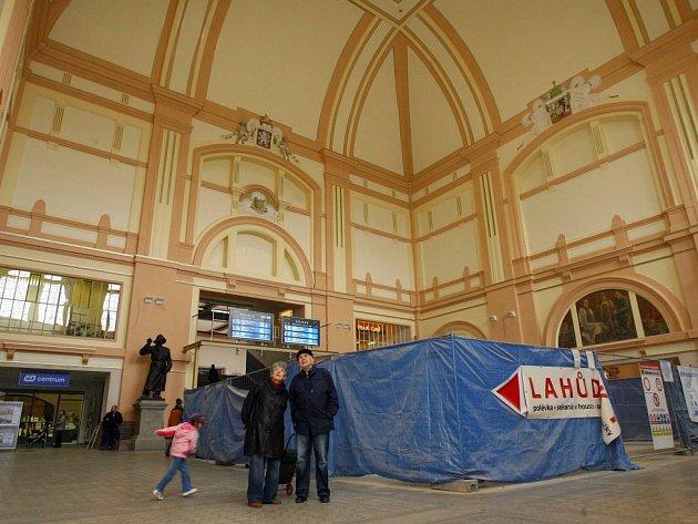 Rekonstrukce haly hlavního nádraží ČD v Plzni se blíží ke konci, v plánu oprav už je jen nová podlaha, kterou odborníci položí do 19.března