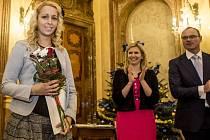 Ministryně školství Kateřina Valachová předala včera cenu mladé ilustrátorce Aleně Krchové (vlevo).