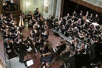 Slavnostní koncert Konzervatoře Plzeň přinesl krásnou hudbu, řadu setkání i slova ředitele školy Miroslava Brejchy, plný sál Měšťanské besedy aplaudoval i dlouholetým profesorům Vlastě Bokůvkové či Jindřichu Durasovi