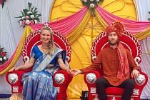 Svatba v Indii byl také obrovský zážitek. Svatba trvala tři dny, byla neskutečně barevná, veselá, plná jídla, dobrých lidí, tance a tradic. Pozváno bylo skoro sedm set lidí. Poprvé jsem na sebe oblékla indické sárí.