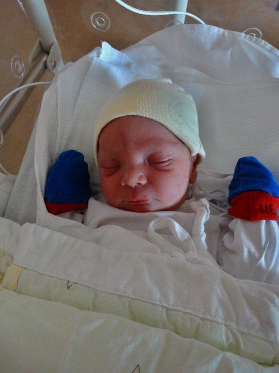 Alexander Jícha se narodil 8. května ve 22:39 mamince Martině a tatínkovi Tomášovi z Nebřezin. Po příchodu na svět vážil bráška dvouletého Tomáše 3220 gramů a měřil 49 centimetrů