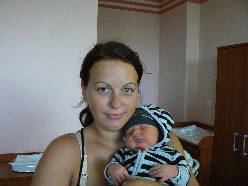 Adámek Machovec (4,50 kg, 54 cm), který se narodil 3. října ve 22:22 hod. ve FN vPlzni, je první dítě maminky Veroniky a tatínka Petra zNýřan