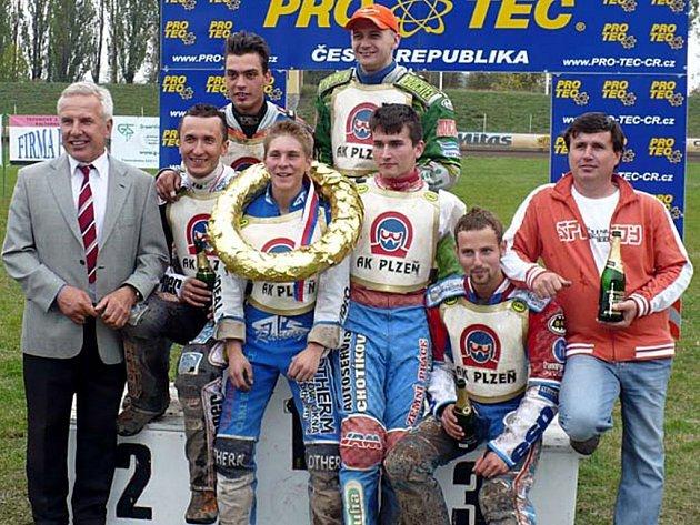 MISTŘI! Závodníci Plochodrážního klubu vybojovali v desátém kole extraligy mistrovský titul. Nahoře zleva Šitera, Jeleniewski, uprostřed zleva manažer týmu Verner,  Walasek, Holub, Hádek, trenér Hádek a dole sedí Simota.
