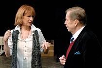 Václav Havel s Monikou Švábovou na scéně plzeňského Velkého divadla při zkoušce své hry Odcházení