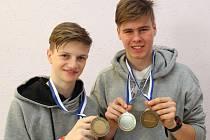 Ondřej Hasman a Jan Hašek (na snímku zleva) ukazují  cenné kovy, které vybojovali ve Finsku na mistrovství Evropy  dorostu