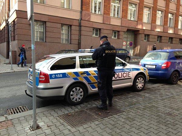 Policejní hlídka před Krajským úřadem vPlzni