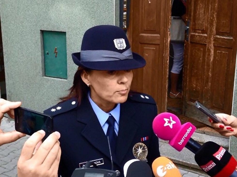 Mluvčí policie Jana Tomková informuje o vraždě ve Stehlíkově ulici v Plzni
