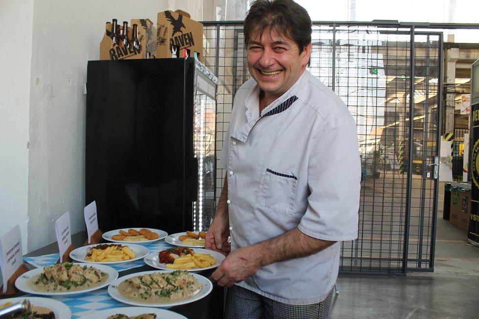Šéfkuchař Pavel Schejbal představuje bavorská jídla, která připraví pro festival Treffpunkt.