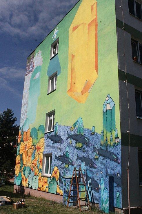 Na boční fasádě panelového domu v Zahradní ulici na Slovanech vzniklo dílo Krystal od dvojice Ondřej Vyhnánek/X-Dog a Michal Škapa/Tron.