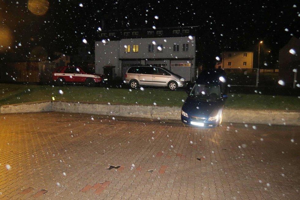 Opilá řidička uvízla na opěrné zdi u benziny v Železné Rudě