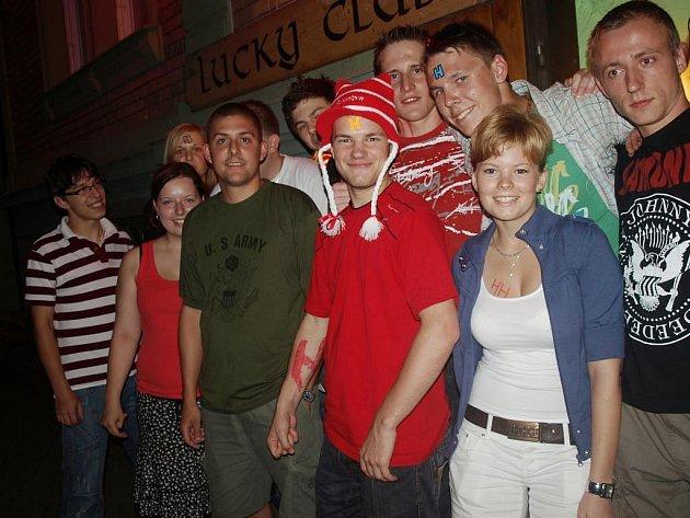 Účastníci čtvrteční party inspirované seriálem Červený trpaslík měli písmena H na čelech i ve výstřizích