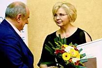 Daniela Kovářová  při přebírání Ceny Bohumila Polana       s předsedou poroty Ivanem Matějkou.