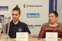 Florbalista Kryštof Lehečka a ředitelka turnaje Alena Knězková na středeční tiskové konferenci.