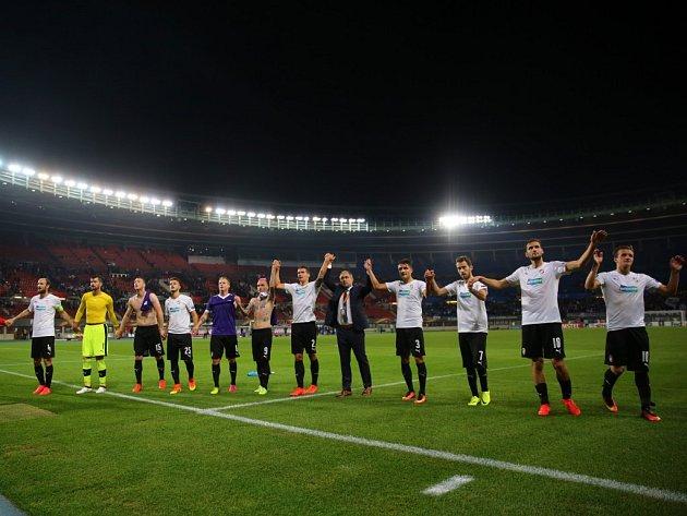 Fotbalisté Plzně na hřišti rakouské Austrie Vídeň získali bod za remízu 0:0. Po zápase vyrazili poděkovat svým fanouškům, kterých do Rakouska dorazilo několik stovek
