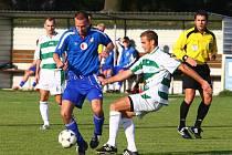Na snímku z posledního domácího utkání bojuje o balon jeden z vejprnických hráčů (v tmavém dresu) se soupeřem z pražského Meteoru
