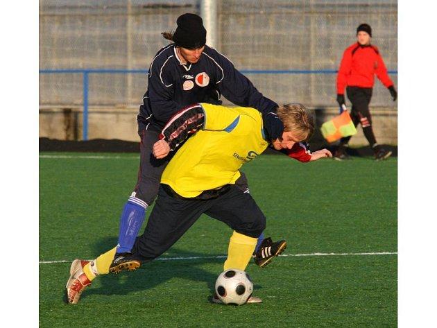 Fotbalový Senco cup měl včera na programu duel o třetí místo. Utkaly se v něm celky pořadatelské Doubravky (ve světlém) a Slavie Vejprnice