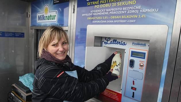 Nejlepší mléko ve střední Evropě nabídnou od 13. prosince tři mlékomaty v Plzni. Na snímku mlékomat v Area Bory