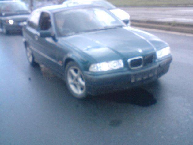 BMW, které nabouralo 13. října do felicie Jozéfa Jetela na Karlovarské třídě kousek za rondelem směrem na Lochotín