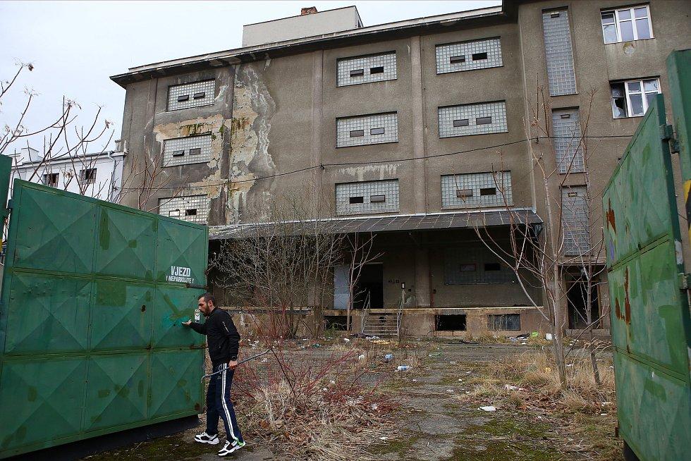 V únoru 2020 soukromý objekt, kde dříve býval sklad potravin, bezdomovci opustili.