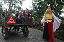 Průvodkyně v kostýmu v barvách plzeňského znaku účastníkům prvních oživených prohlídek Plzně ukázala celé centrum města a seznámila je s jeho historií