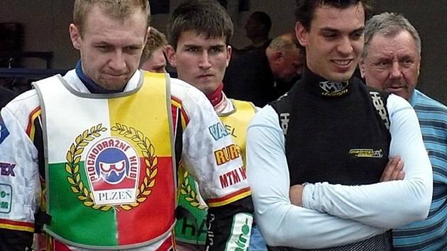 Závodníci Plochodrážního klubu Plzeň Daniel Jeleniewski, Michael Hádek a Filip Šitera (zleva) během středečního čtvrtého závodu české extraligy