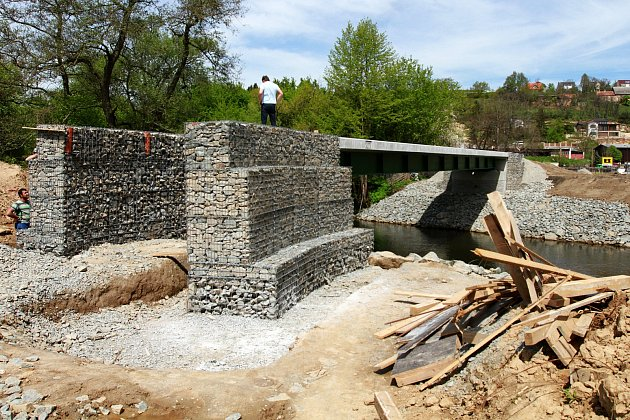 stavba nové lávky nedaleko plzeňské ZOO pomocí které se propojí cyklostezky na obou stranách řeky Mže