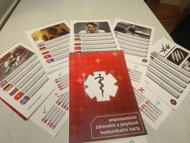 Záchranáři budou moct při práci s cizinci používat karty s překlady zdravotnických frází do pěti jazyků.