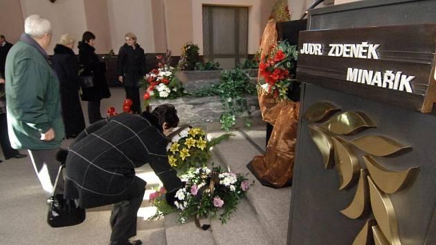 Velká obřadní síň  Ústředního hřbitova byla včera hodinu po poledni plná do posledního místa