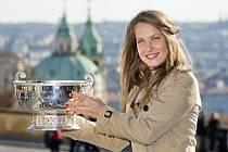Barbora Strýcová s trofejí pro vítězky Fed Cupu