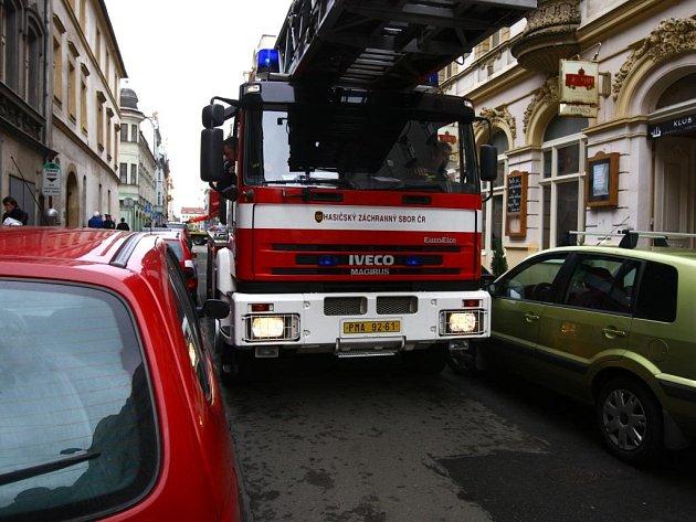 Hasiči v úterý důrazně upozornili řidiče, že špatně zaparkované vozy mohou ohrozit zdraví a majetek lidí