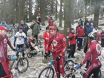 Diváci přišli povzbudit cyklisty i běžce.