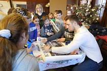 Jakub Jeřábek a Jakub Lev (zleva) se podepisují žákům Základní školy a Mateřské školy Chotíkov