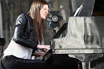 V posledních letech měla tu čest vždy Praha, letošní ročník putovního festivalu Bohemia Jazz Fest však začal v Plzni. Koncert zde měla i pražská klavíristka Kristina Barto.