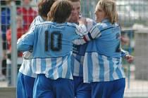 Fotbaloví starší dorostenci Viktorie Plzeň zvítězili v dohrávce 28. kola celostátní ligy v Příbrami 1:0 a dál útočí na mistrovský titul