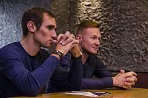 Roman Kreuziger na snímku vlevo s generálním manažerem akademie Petrem Kubiasem.