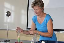 Kde bude voda? Fyzikářka Jaroslava Domabylová ukazuje jeden z jednoduchých pokusů během včerejšího slavnostního otevření nové učebny fyziky na Gymnáziu v Plasích. Modernější prostředí by mělo k technickému předmětu přilákat více studentů