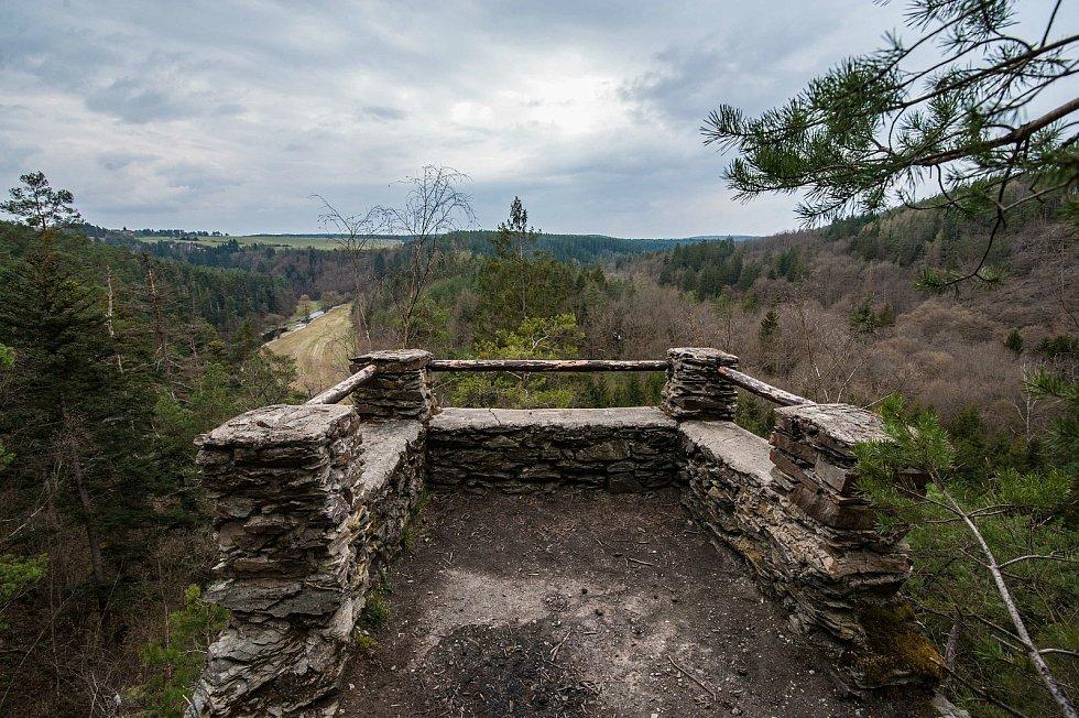 Vyhlídka nad 50 metrovým skalnatým srázem do údolí řeky Střely.