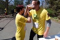 Pivo a běh. Při profesionálních závodech nemyslitelné spojení, platilo ale v neděli dopoledne v Plzni