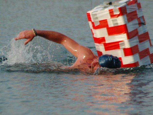 Jan Váně z Fidesu Brno si plave pro vítězství v sobotním kilometrovém závodu otužilců na Velkém boleveckém rybníku v Plzni