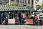 Také v Plzni lidé obsadili zahrádky před oblíbenými podniky. Vláda přitom jejich otevření povolila až od 17. května.