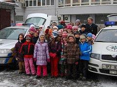 Ani husté sněžení nezkazilo školákům z Dýšiny a Přeštic radost z exkurze v policejní budově.