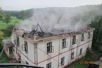 Takhle skončil starý neobydlený bytový dům v Nové Huti u Dýšiny na severním Plzeňsku. Teď jde o to, zda jej někdo úmyslně zapálil. Případem se zabývají také policisté