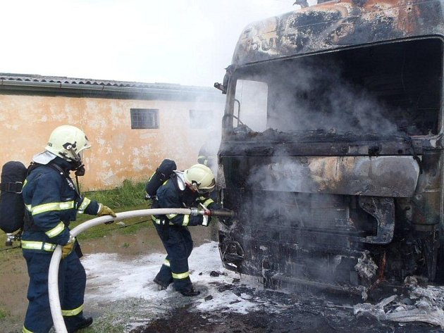 V kamionu u Vstiše explodovaly spreje
